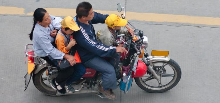 Ilegal niños en motocicleta