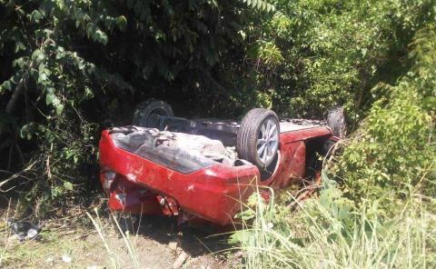 Volcó auto en la Valles-Rioverde