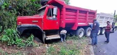 Camión a punto de caer al voladero