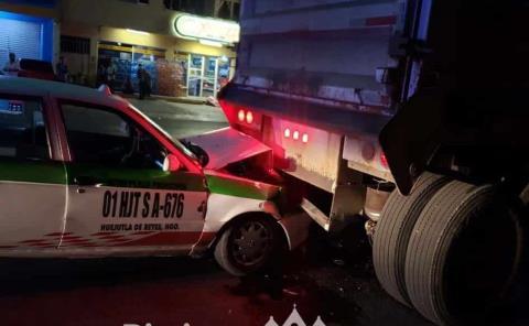 Taxista por poco muere aplastado
