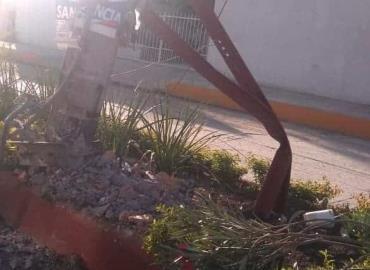 Peligro en calle ante poste roto
