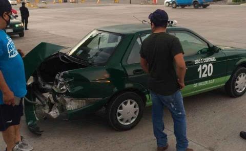 Taxi destrozado en fuerte choque