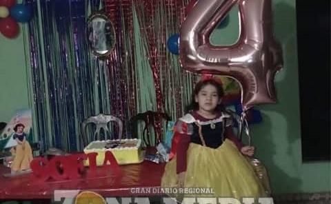 Apagó las velitas de su pastel Sofía