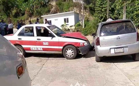 Taxi embistió auto particular