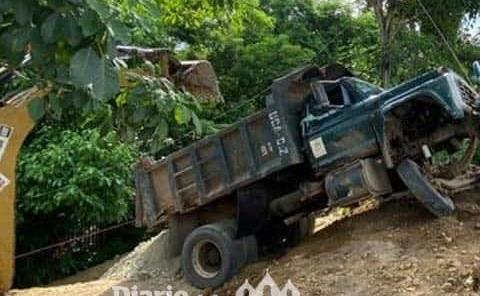 Camión de carga a punto de volcar
