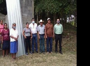 Entregó láminas el Alcalde en Zapote