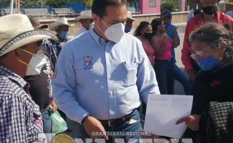 Ramón Torres atento a peticiones sociales