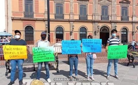 Protestan estudiantes ante recortes federales