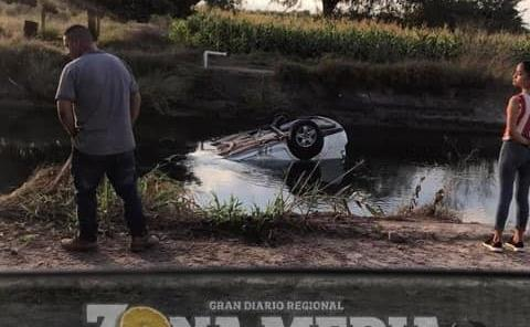 Camioneta cayó a canal Media Luna