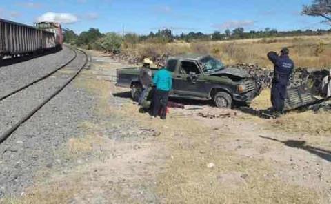 Tren embiste a camioneta