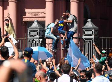 Maradona desbordó las pasiones en su adiós