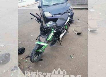 Auto impactó a motociclista