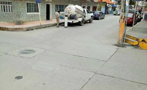 Abastecen gas en vía pública