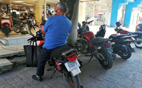"""""""Caos"""" por motos mal estacionadas"""