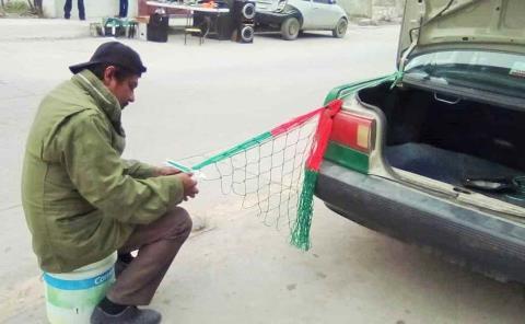 Taxista hace hamacas durante el tiempo libre