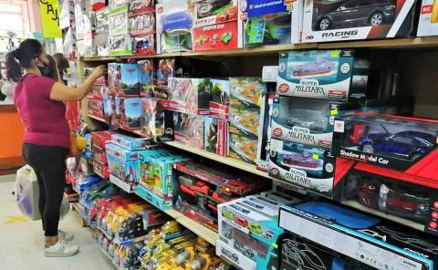 Compran juguetes en abonos y caros